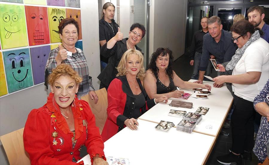 Sissi Perlinger, Lisa Fitz und Lizzy Aumeier gaben nach der Veranstaltung Autogramme. Bild: Sandra Bossenmaier