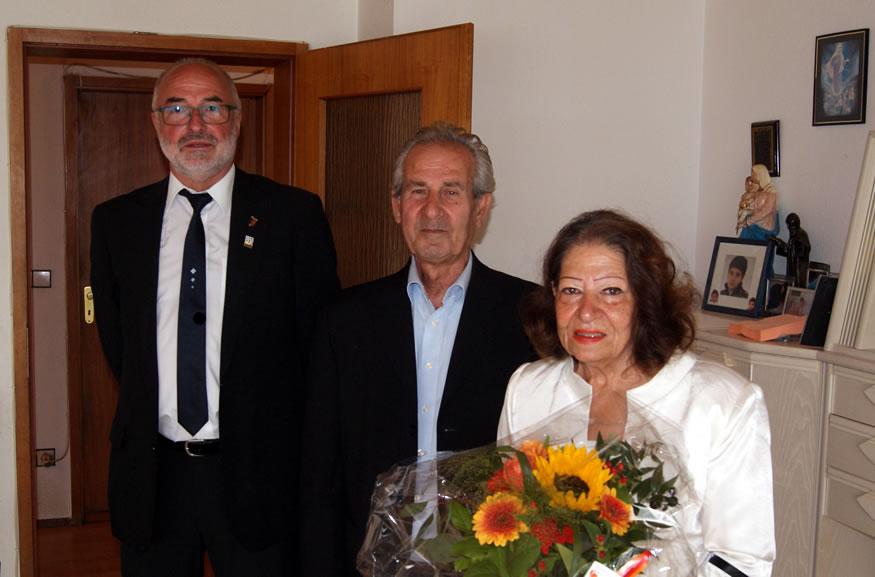 Gemeinderat Karlheinz Möhrle gratuliert Anahid Panossian und Khorine Damerji herzlich zur goldenen Hochzeit.