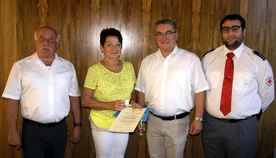 Bürgermeister Ralf Baumert sowieHermannSchmidund Michael Waidele vom DRK-Ortsvereinkonnten Karin Gnädig alsbesonders verdiente Mehrfach-Spenderinfür 75 x Blutspenden danke.