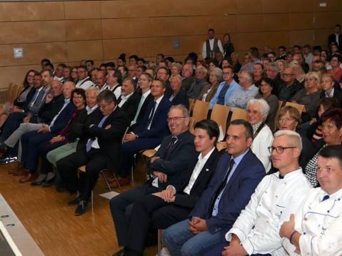 Die Freisprechungsfeier der Kreishandwerkerschaft Westlicher Bodensee ist ein wichtiger Tag für das Handwerk. Etwa 450 Gäste haben sich in der Talwiesenhalle eingefunden, um der Freisprechung beizuwohnen. Bild: Sandra Bossenmaier
