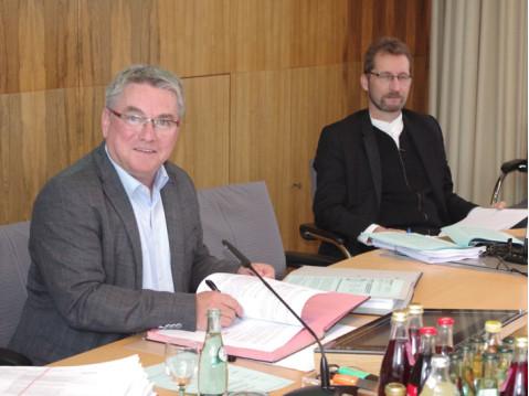 Gleich nach der Abstimmung unterschrieb auch Bürgermeister Baumert den Vertrag zum vorhabensbezogenen Bebauungsplan. Im Hintergrund der neue Ortsbaumeister Doerries. swb-Bild: of