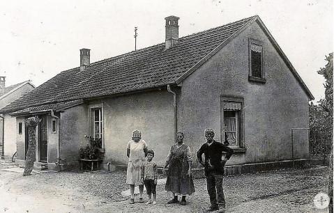 Das undatierte Bild zeigt – vermutlich um das Jahr 1930 herum – Katharina Huber mit ihrem Sohn Karl, Ida Mayer und August Mayer (von links) vor einem der ten Brink-Arbeiterhäuschen in Rielasingen. Bild: privat