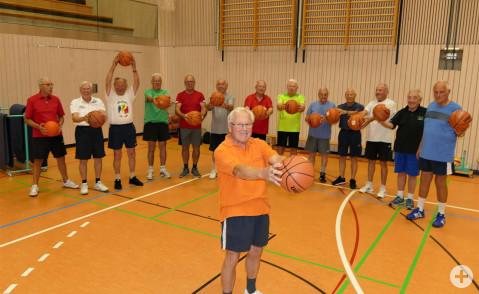 Helmut Huber macht es vor, die Teilnehmer der Herrengymnastikgruppe machen es nach. Gemeinsam halten sie sich bis ins hohe Alter fit. Bild: Sandra Bossenmaier