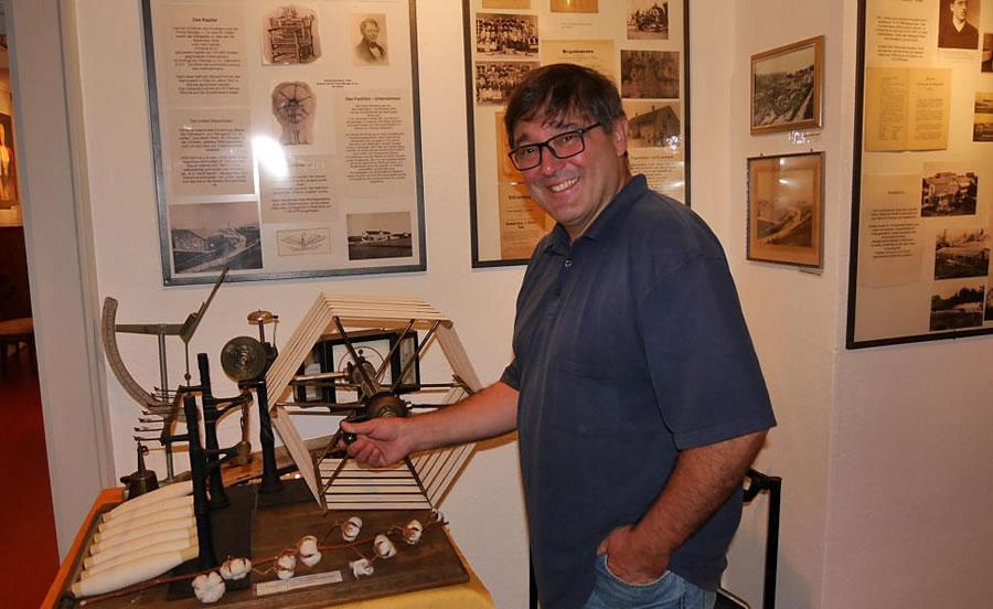 Ottokar Graf kennt jedes Exponat im Dorfmuseum Worblingen. Hier erklärt er einen so genannten Feingarnprüfer, der vor 120 Jahren im Ten Brink'schen Versuchslabor in Arlen stand. Bild: Ingeborg Meier