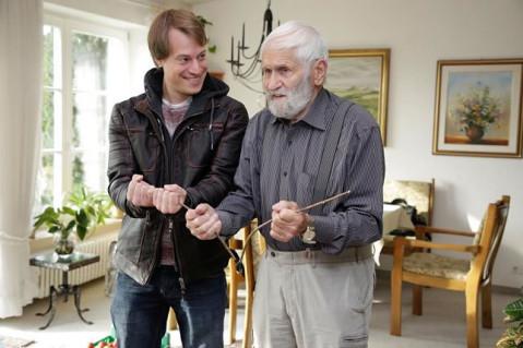 Da staunt der Redakteur: Im Wohnzimmer in Rielasingen demonstriert Werner Ruf dem SÜDKURIER, wie ihm die Wünschelrute im Umgang mit Pflanzen hilft. Bild: Tesche, Sabine