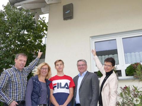 Die Bürgerstiftung hat auch ein Herz für Tiere: Thomas, Sabine und Jonas Bläsing, Bürgermeister Ralf Baumert und die Vorstandsvorsitzende Silke Graf (von links) betrachten den Fledermauskasten am Haus der Bläsings. Bild: Bossenmaier