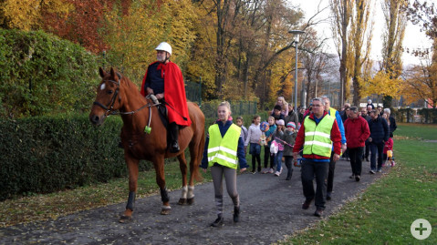 St. Martin Georg Ehinger reitet auf seinem Pferd und führt dem Umzug zur Ten-Brink-Schule an.