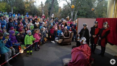 Gespannt lauschen die vielen Kinder dem Theaterstück der Laienspielgruppe von der Ten-Brink-Schule.
