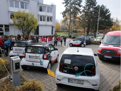Diakon Ehinger segnete die sieben neuen Fahrzeuge von St. Verena. swb-Bild: St. Verena