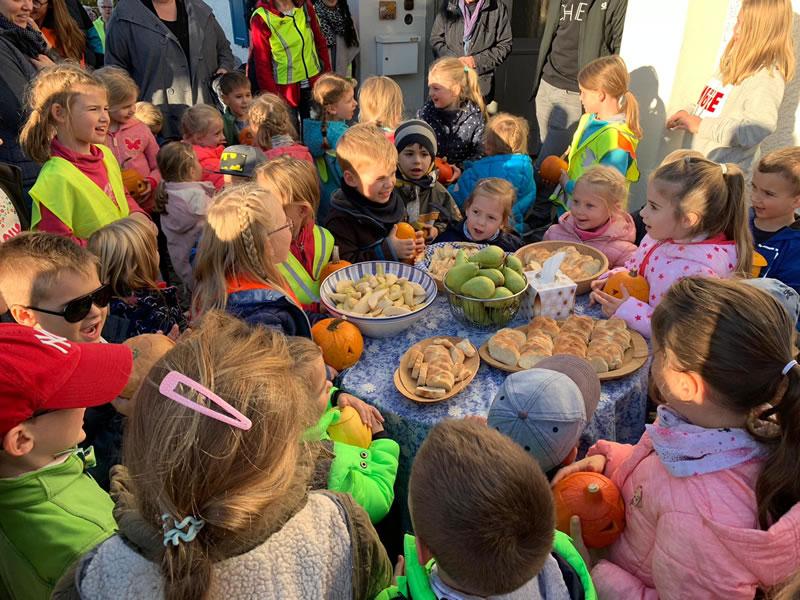 Kinder vom Kinderhaus Fröbel bei einer der Stationen des Kürbislaufes. Bild: Kinderhaus Fröbel