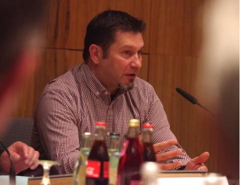 Sven Lindemann von der Stadt Singen informierte im Rielasinger Gemeinderat über die anstehende Fusion der Gutachterausschüsse. swb-Bild: of