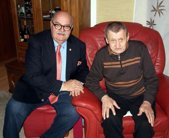 Lorenz Wagner freut sich über die persönlichen Glückwünsche von Bürgermeister-Stellvertreter Rudi Caserotto.