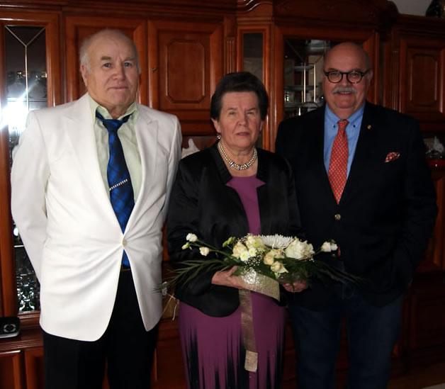 Der stellvertretende Bürgermeister Rudi Caserotto (rechts) gratuliert Alwina und Waldemar Schulz zur goldenen Hochzeit.