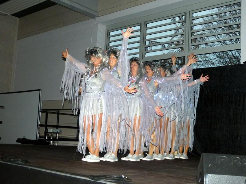 """Die Tanzmädels """"Crazy Ladies"""" mit ihrem Geistertanz beim Seniorennachmittag in Worblingen."""