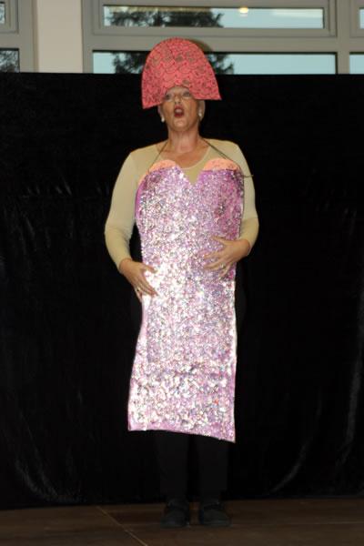 Marion Labelli präsentierte eine musikalische Revue mit selbstgemachten Kostümen beim Seniorennachmittag in Worblingen.