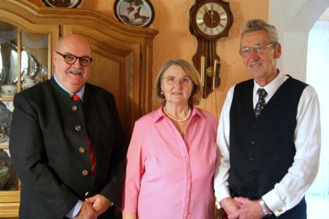 Mit Freude nehmen Katica und Matija Hmura die Glückwünsche vom stellvertretenden Bürgermeister Rudi Caserotto entgegen.