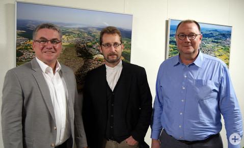 Bürgermeister Ralf Baumert mit seinen neuen Fachkräften in der Bauabteilung (von links nach rechts): Martin Doerries und Rafael Grimm.