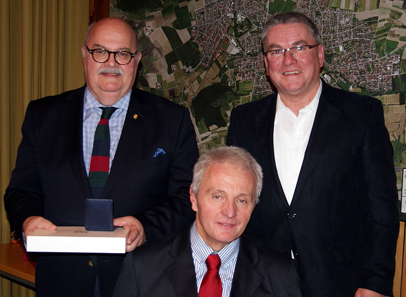 Bürgermeister Ralf Baumert zeichnete Rudi Caserotto und Hermann Wieland für ihr langjähriges ehrenamtliches Engagement im Gemeinderat aus.