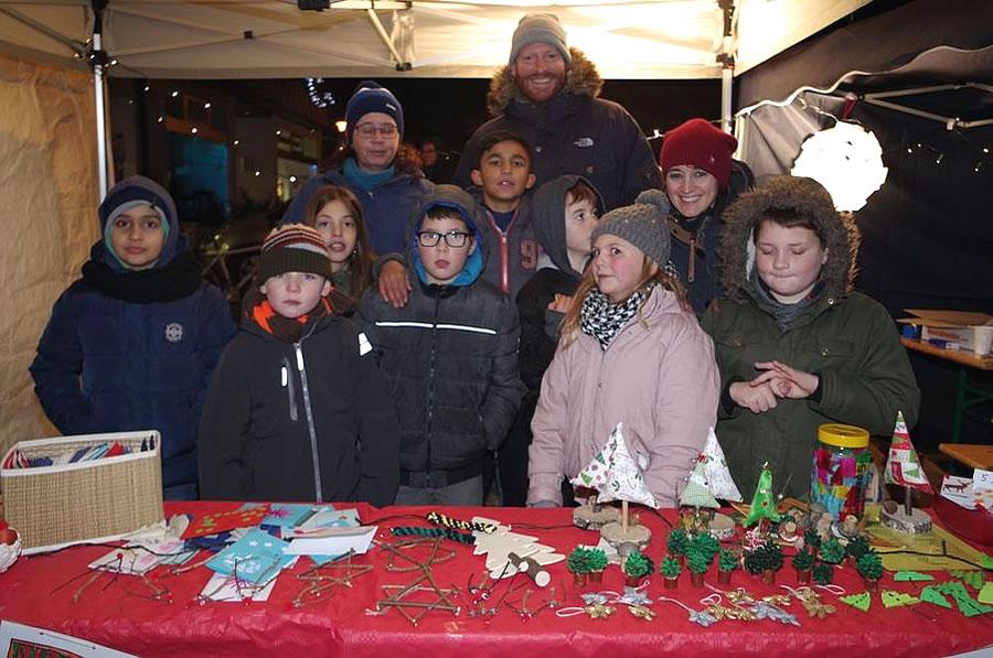 Die Schülerinnen und Schüler der Singener Wessenbergschule hatten seit Wochen für ihren Stand auf dem Rielasinger Weihnachtsmarkt gebastelt. swb-Bild: of
