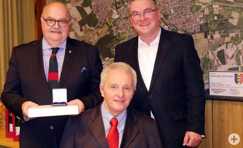 Rudolf Caserotto und Hermann Wieland erhielten von Bürgermeister Ralf Baumert (von links) die Ehrennadel des Gemeindetags Baden-Württmberg und die Ehrenmünze der Gemeinde in Gold beziehungsweise in Silber überreicht. Bild: Ingeborg Meier