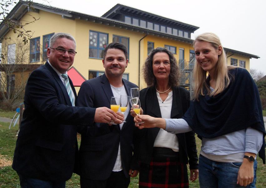 Gemeinsames Anstoßen zum Abschied (von links): Bürgermeister Ralf Baumert, Sascha Speck, Leiter Kinderhaus Rosenegg, Irene Heusler sowie Jasmin Dold, stellvertretende Leitung (Nachfolgerin von Frau Heusler).