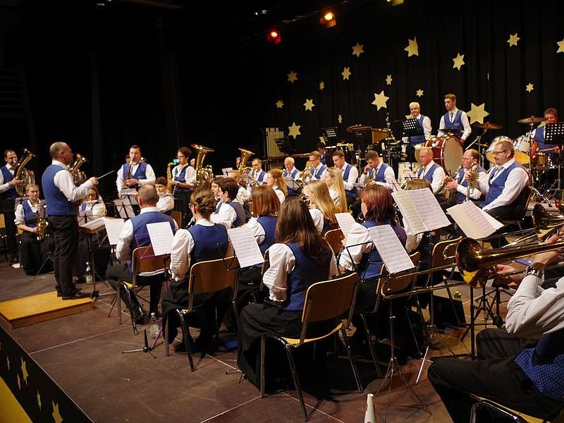 Der Musikverein Worblingen unter der Leitung von Thorsten Müller bei seinem Auftritt in der Hardberghalle. swb-Bild: of