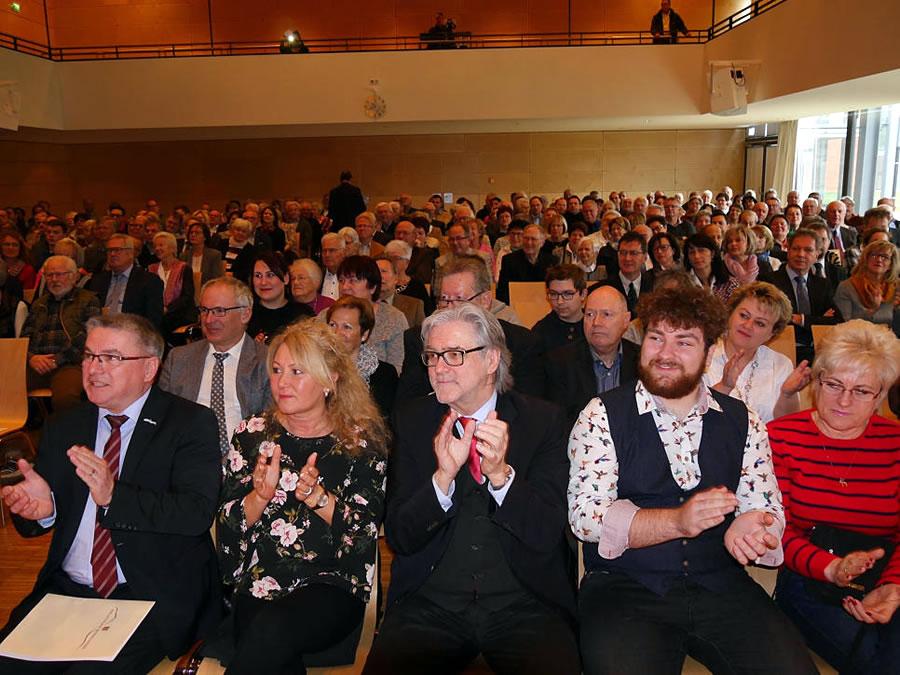 Der Träger des diesjährigen Bürgerpreises ist Markus Störk (zweiter von rechts). Unser Bild zeigt ihn mit Bürgermeister Ralf Baumert und dessen Ehefrau Ines, dem Laudator Edgar Auer (von links) und seiner Mutter Lisa Störk (rechts). Bild: Ingeborg Meier