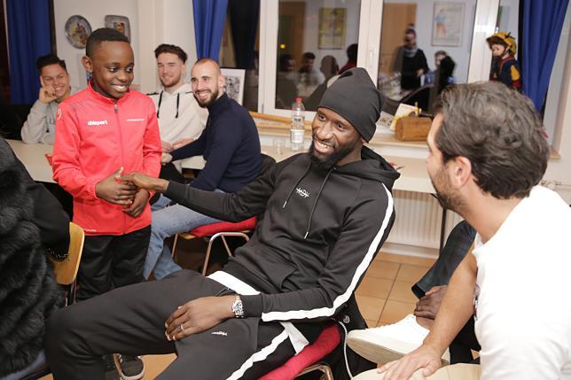 Loic Yemele (links) erklärt dem Chelsea-Star, wo genau Singen liegt. Bild: Tesche, Sabine