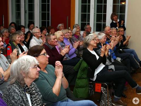 Das Publikum applaudiert der Laienschauspielgruppe Die Kulissenschieber. Mit Gerüchte Gerüchte brachten sie eine unterhaltsame Komödie nach Arlen. Bild: Sandra Bossenmaier