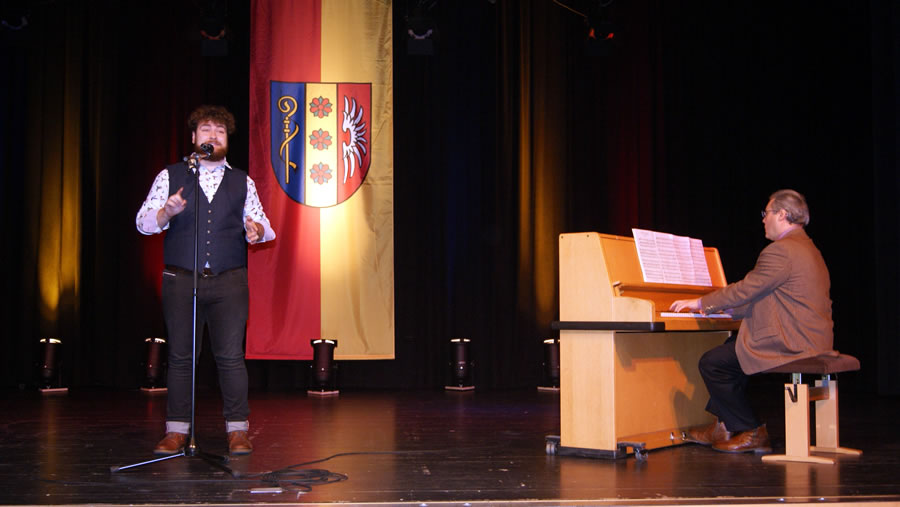 """Bürgerpreis-Träger Markus Störk trug unter großem Beifall der anwesenden Gäste das Gesangsstück """"Wenn ich einmal reich wär"""" aus dem Musical Anatevka vor, begleitet von Klavierlehrer Heinrich Beise."""