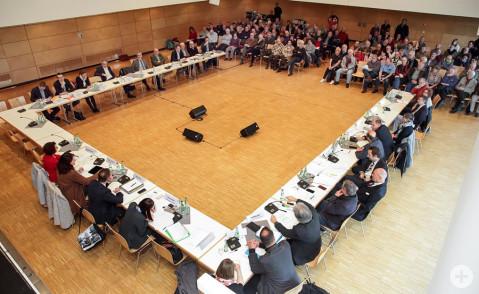 Der Petitionsausschuss des Landtags tagt gestern in der Talwiesenhalle in Rielasingen zum Kiesabbau im Dellenhau. Das öffentliche Interesse ist groß. Bild: Tesche, Sabine