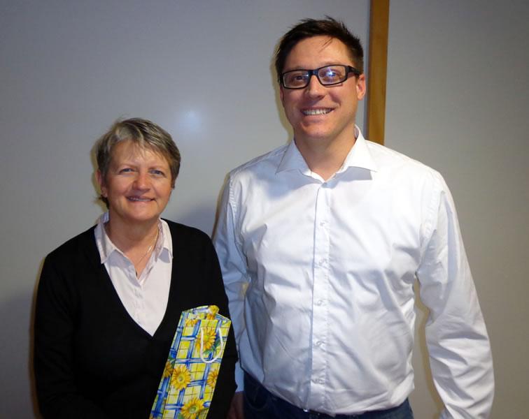 Ralf Fortenbach überreichte der Leiterin des Pflegezentrums St. Verena, Gisela Meßmer, ein klein