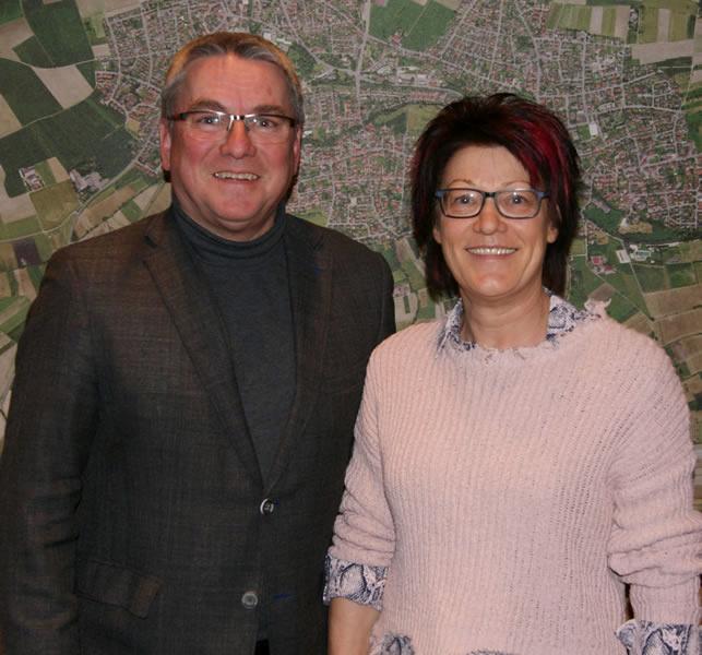 Bürgermeister Ralf Baumert begrüßt Charlotte Manko als neues Mitglied im Gemeinderat.