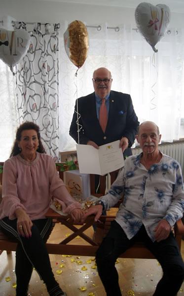Der stellvertretende Bürgermeister Rudi Caserotto gratuliert Sigrid und Werner Schneble zur goldenen Hochzeit.