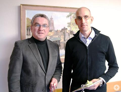 Bürgermeister Ralf Baumert dankt und gratuliert dem langjährigen Mitarbeiter Sascha Gutke zum Dienstjubiläum.
