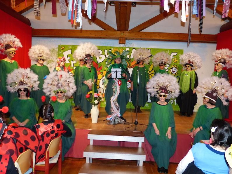 Schon zur Begrüßung wurden die Gäste der Worblinger Frauenfasnet mit einem Pusteblumentanz empfangen. swb-Bild: Hans Fenker