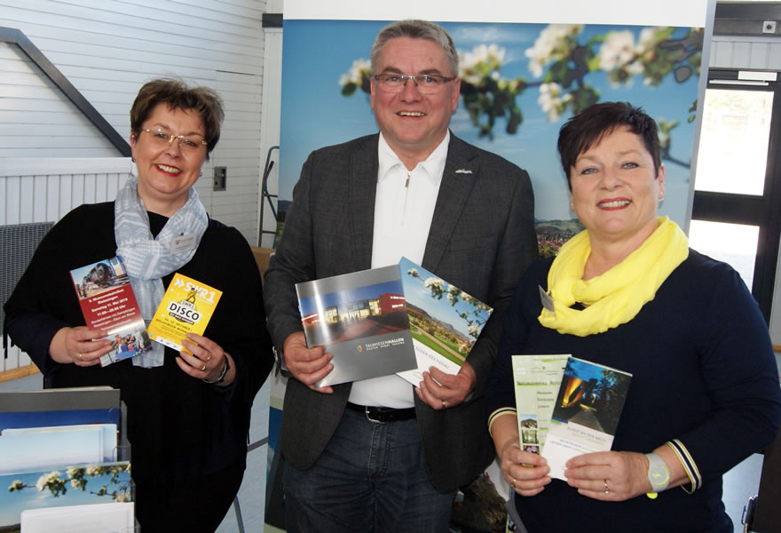 Bürgermeister Ralf Baumert und seine Mitarbeiterinnen Andrea Debatin (links) und Sabine Gertis freuten sich auch über das rege Interesse am Stand der Gemeinde Rielasingen-Worblingen.