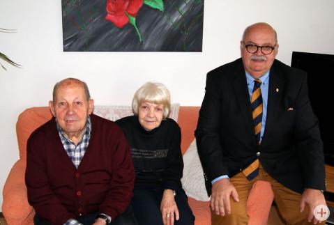 Gino Serpi freut sich zusammen mit seiner Frau Giovanni Monni über die Geburtstagswünsche von Bürgermeister-Stellvertreter Rudi Caserotto.