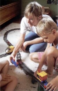 Dorfhelferin beim Spielen mit Kindern