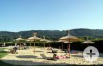 Der 2013 neu gestaltete Beachbereich mit kostenlosen Liegen und Strohschirmen.