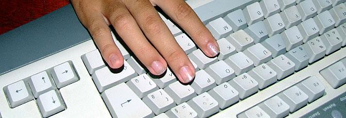 Eine Hand auf einer Computertastatur. Quelle: morguefile.com