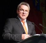 Bürgermeister Ralf Baumert bei einer Rede im Festsaal der Talwiesenhallen.