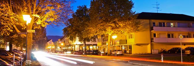 Die Hauptstraße in Rielasingen in der Abenddämmerung. Foto: Christoph Ebbert.