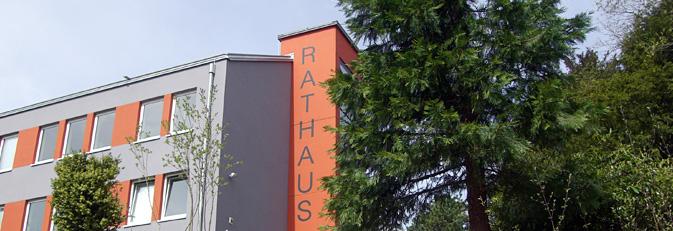 Rückseite Verwaltungsgebäude mit Aufschrift Rathaus auf dem Aufzugsturm.