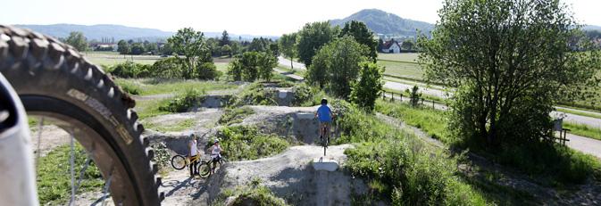 Zwei Wanderer auf dem Naturlehrpfad Rosenegg in Rielasingen. Foto: Ulrike Klumpp Fotografie.
