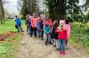 Auf dem Foto sind die teilnehmenden Kinder beim Eierlauf zu sehen.