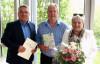 Bürgermeister Ralf Baumert gratuliert dem langjährigen Mitarbeiter Albert Winterhalder mit Ehefrau Birgitt zum Dienstjubiläum.