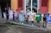 Kinder präsentieren ihre selbst gebatikten T-Shirts