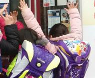 Ab Montag öffnen wieder die Schulen und Kitas im Landkreis Konstanz. Kinder warten mit Schulranzen vor der Schule swb-Bild: Archiv