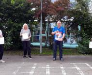 Werner Niete überreichte vor der Hardbergschule den Schulleitungen der örtlichen Grundschulen die Schutzpfeifen inklusive Infomaterial.